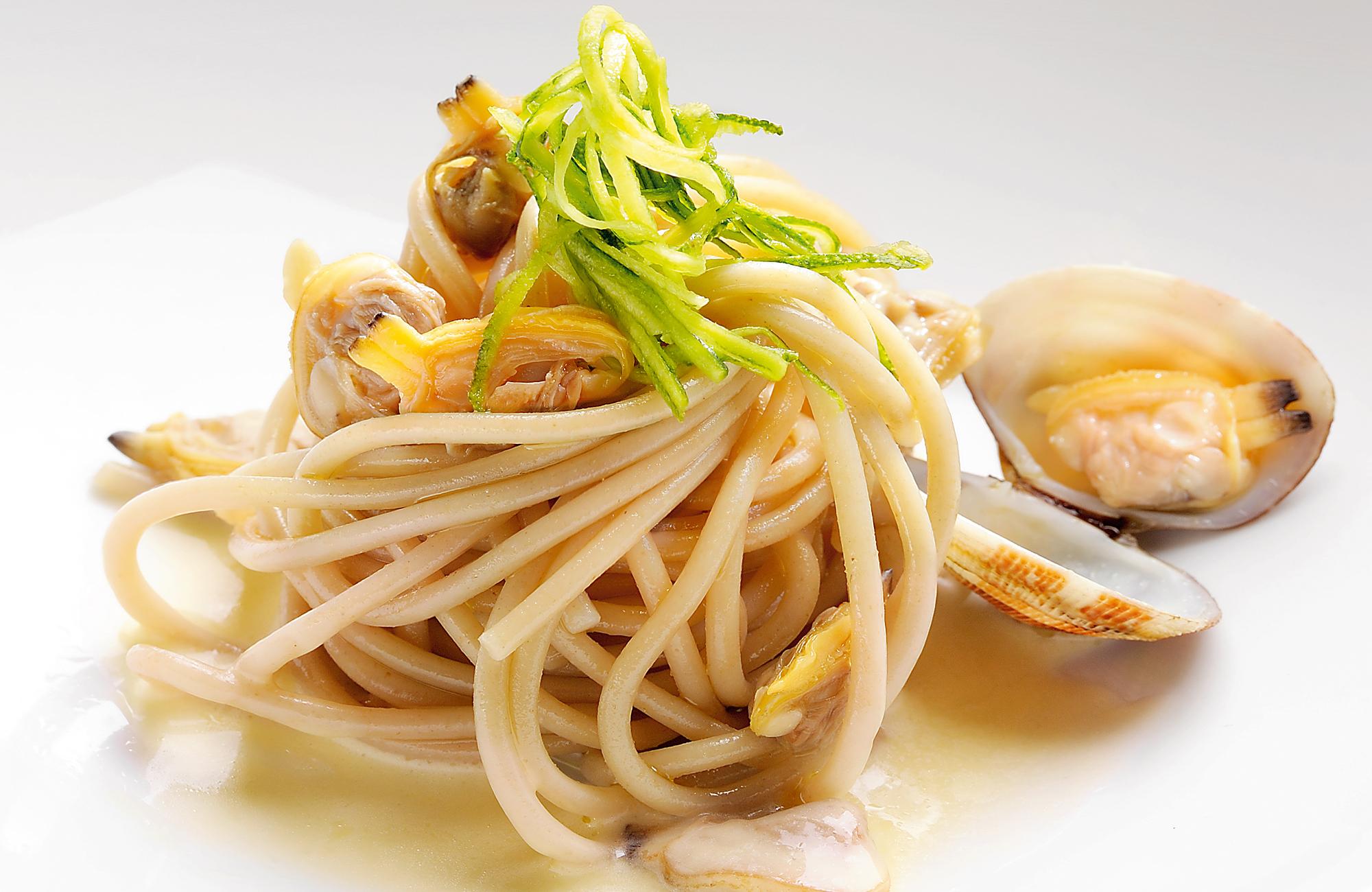 Spaghetti alle alghe con vongole veraci e Aceto di Vino Bianco Aromatizzato Limone Ponti
