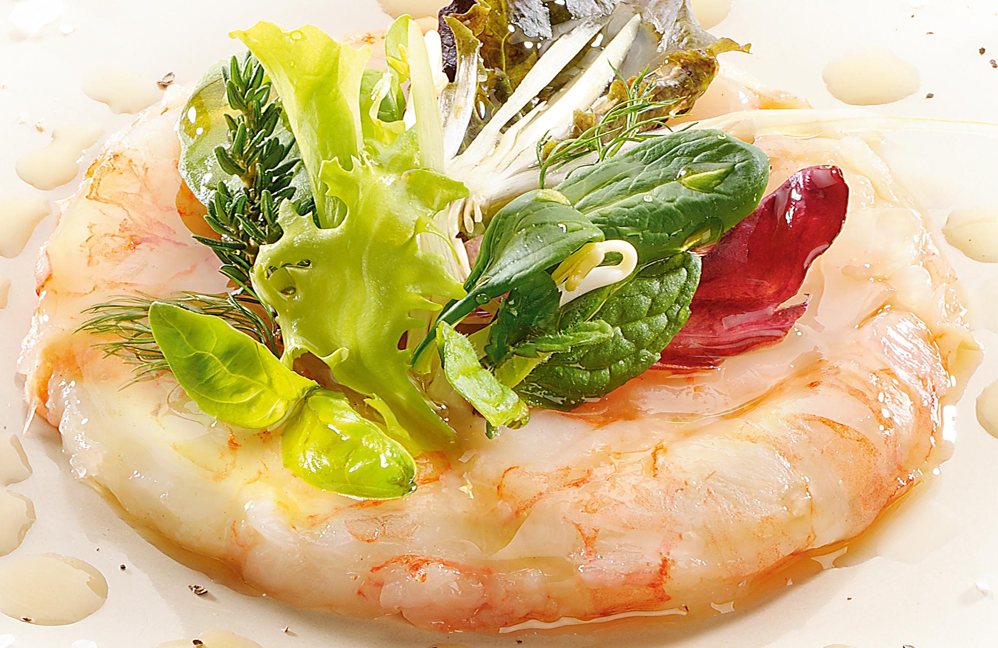 Battuto di gamberi marinati all'Aceto di Mele Ponti e insalatine novelle