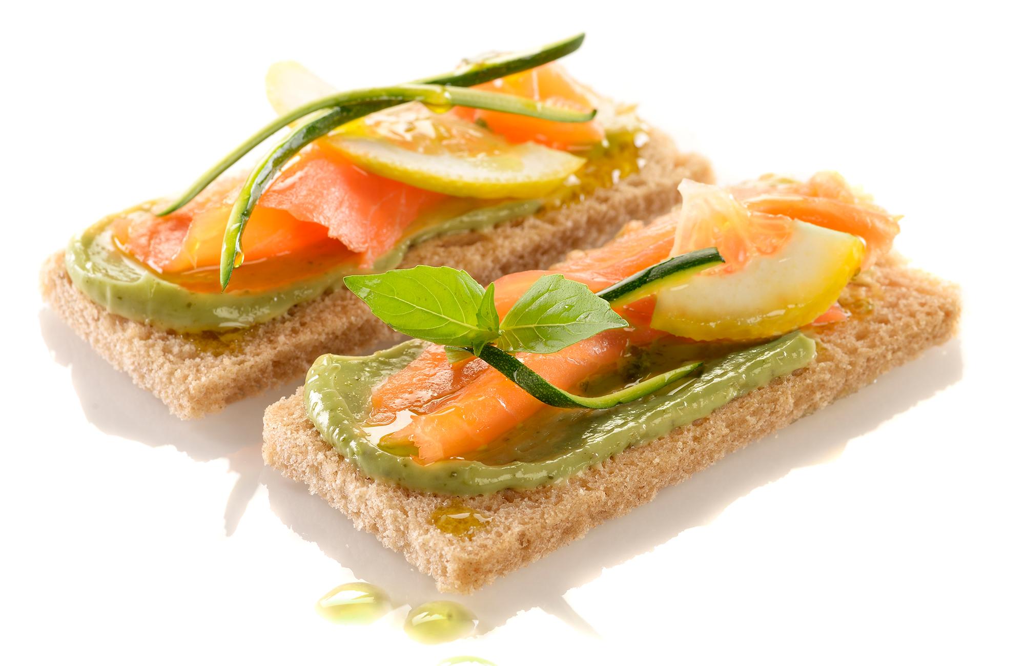 Crostoni di pane di segale con storione affumicato e crema di Pesto alla Genovese Ponti