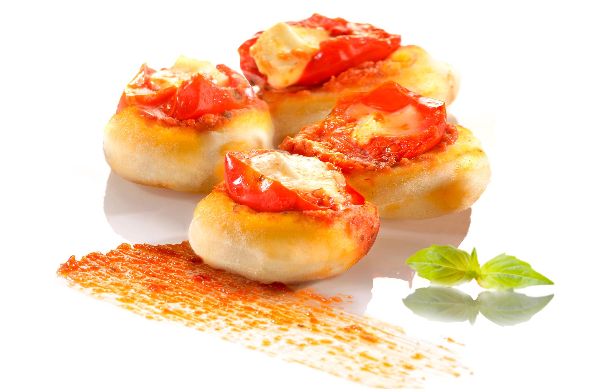 Focaccine al Pesto Rosso Ponti con mozzarella, pomodorini e basilico