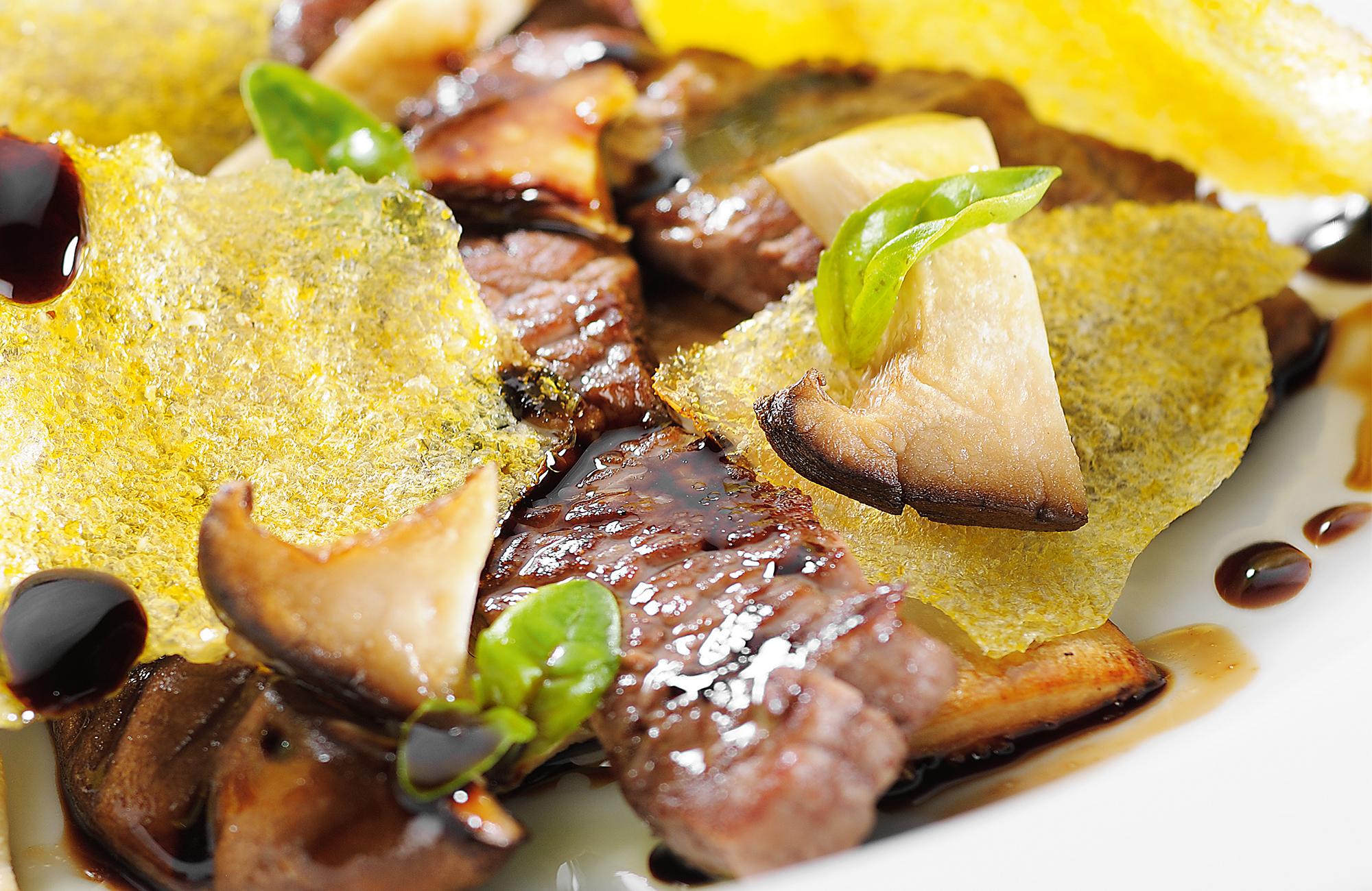 Sminuzzato di manzo marinato all'Aceto Balsamico di Modena IGP Ponti con cialde di polenta e funghi